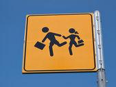 Fotografie Kinder, die Kreuzung Straßenschild