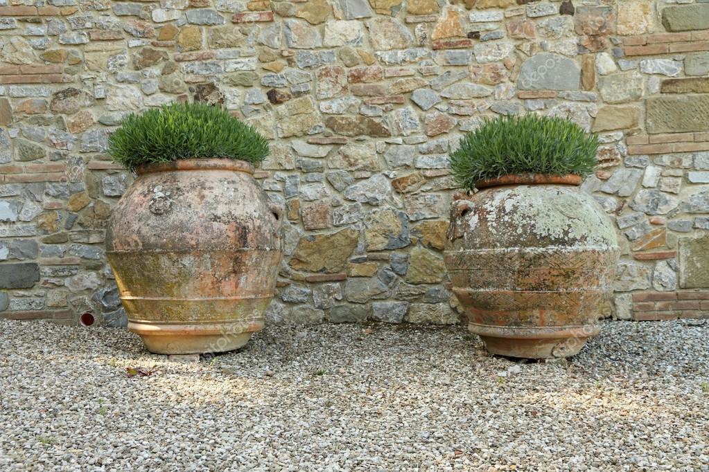 vasi di fiori del classico cotto toscano enorme foto
