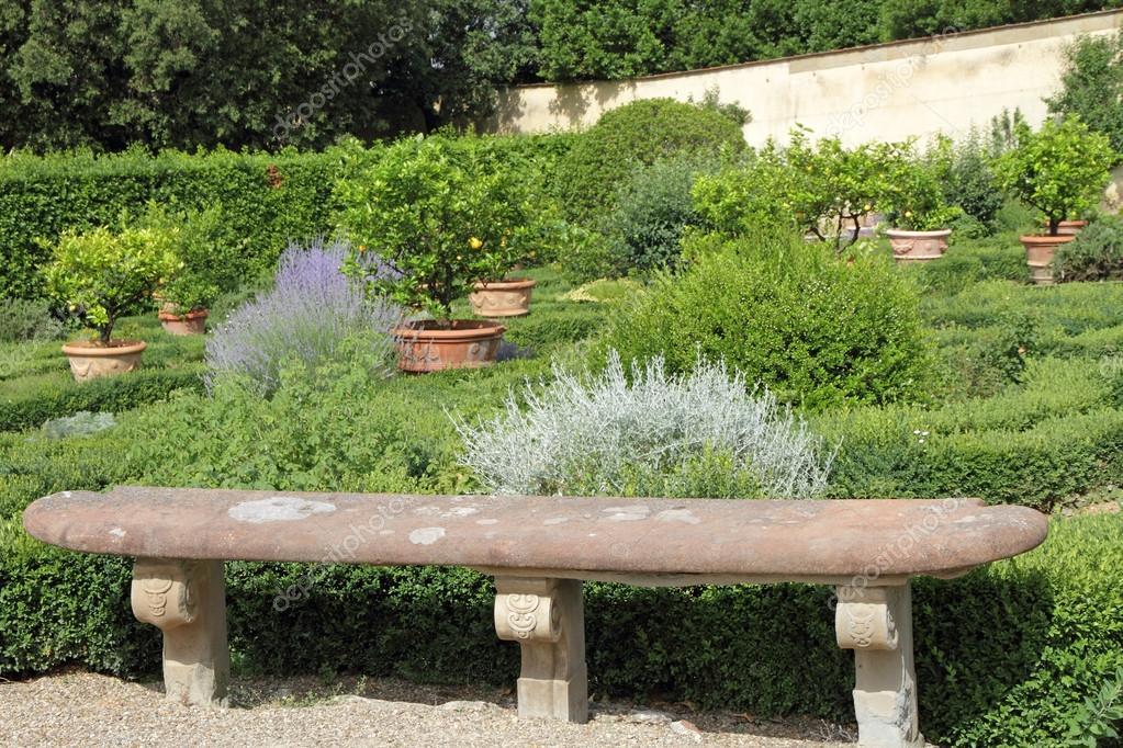 Antike Steinbank in historischen italienischen Garten — Stockfoto ...