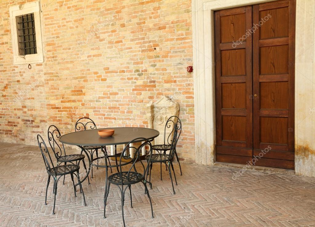 Retro Gartenmöbel auf italienische Terrasse — Stockfoto ...