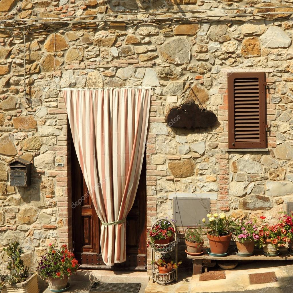 deuropening naar de toscaanse huis met gestreepte buiten gordijn itali stockfoto