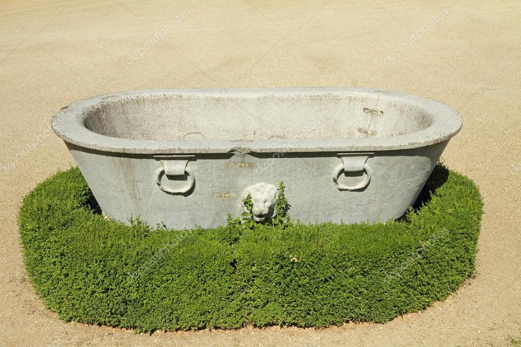 Vasca Giardino Pietra : Antica vasca di pietra con il leone negli storici giardini di