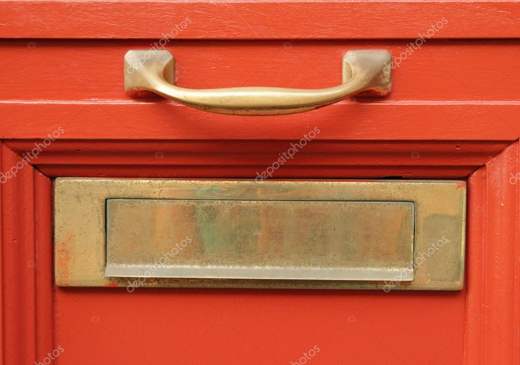 Fente de bo te aux lettres de laiton sur porte rouge vif - Boite aux lettres sur porte d entree ...