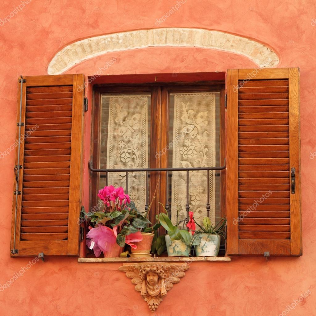 Schone Fenster Mit Engel Dekoration Und Blumen Stockfoto