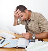 ustaraný muž s dluhem a účty