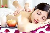 šťastný uvolněný žena návrat masáž v luxusním wellness