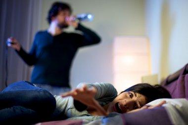 üzücü yardım isteyen kadın kocasının sarhoş korkuttu