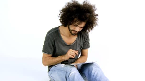 pohledný muž čtení tablet