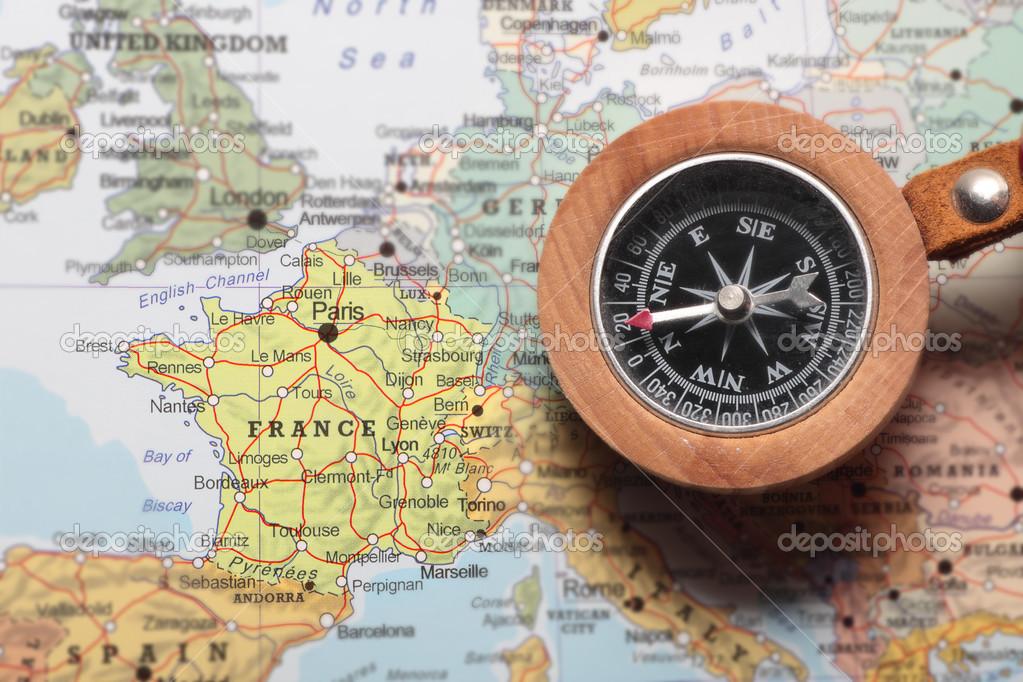 Boussole et carte d'un vieux monde — Photographie MattiaATH © #50252135