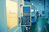 Fotografie die Bedienung von Cnc-Werkzeugmaschinen