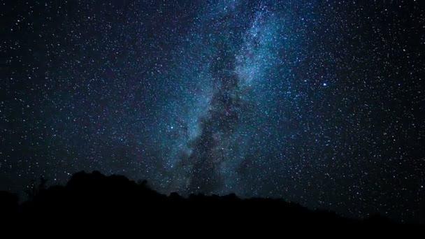 Noční obloha, jasné hvězdy a galaxie Mléčné dráhy