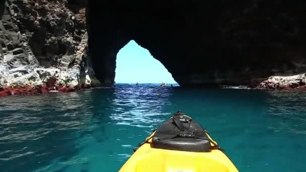 oceán kajaku přes jeskyně hawai