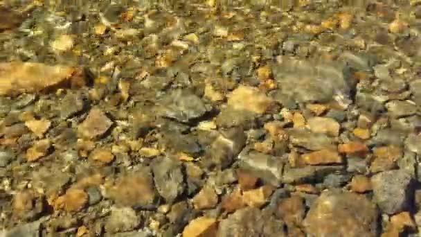 kameny pod vodou