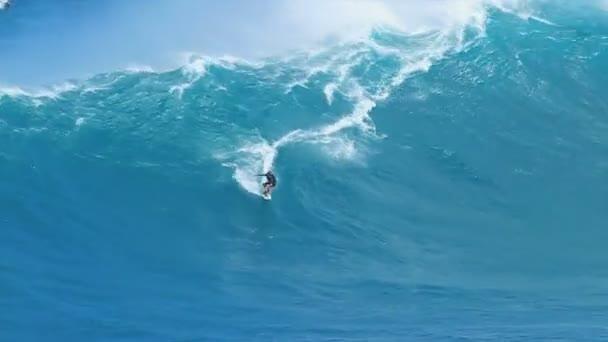 profesionální surfař jezdí velkou vlnu