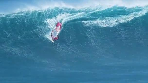 profesionální surfař jezdí obří vlna