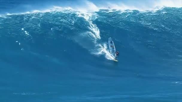 Szakmai windsurfer lovagol egy hatalmas hullám