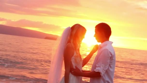 Braut und Bräutigam an wunderschönen tropischen Strand bei Sonnenuntergang