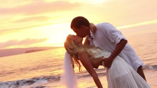 sposi su una bella spiaggia tropicale al tramonto