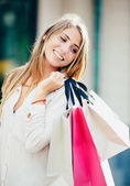 glückliche Frau einkaufen