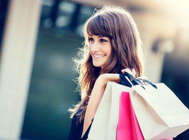 mutlu bir kadın alışveriş