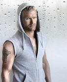 Fotografia bel giovane maschio modello indossa la camicia di jeans