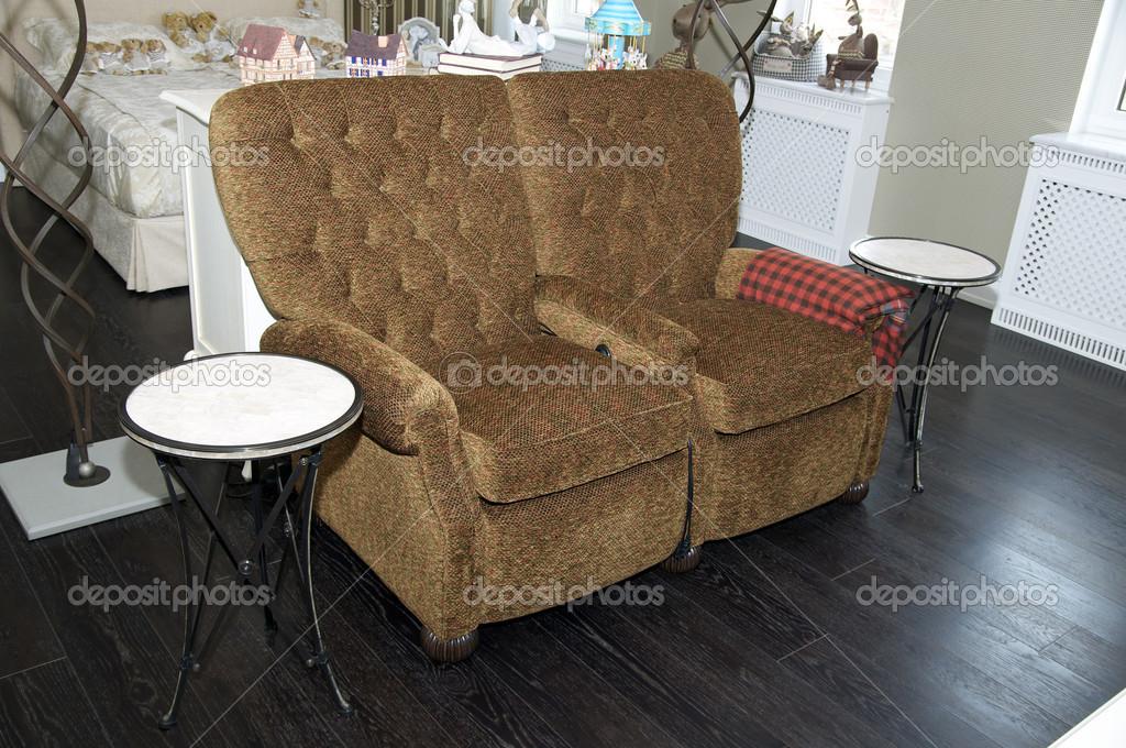 Twee comfortabele lounge stoelen u stockfoto lester