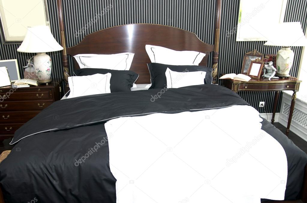 gemütliches Schlafzimmer mit einem Queen-Size-Bett im amerikanischen ...