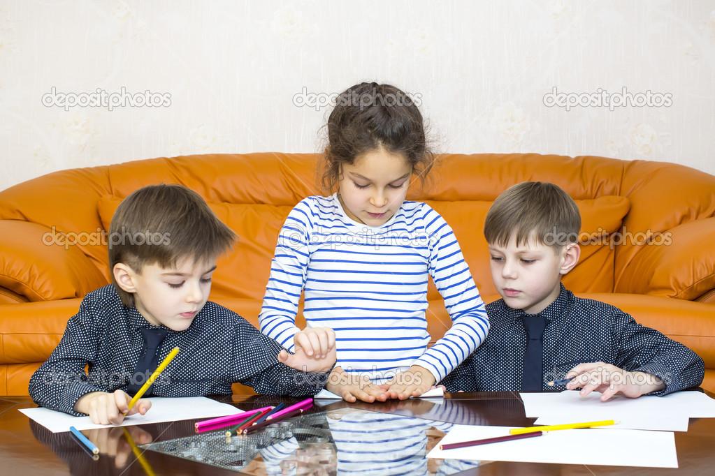 los niños dibujar con lápices de colores sobre papel — Fotos de ...