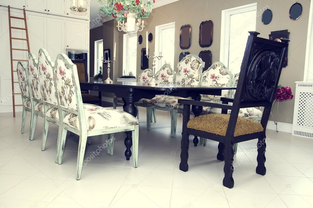 Eetkamer met grote tafel en comfortabele stoelen u2014 stockfoto