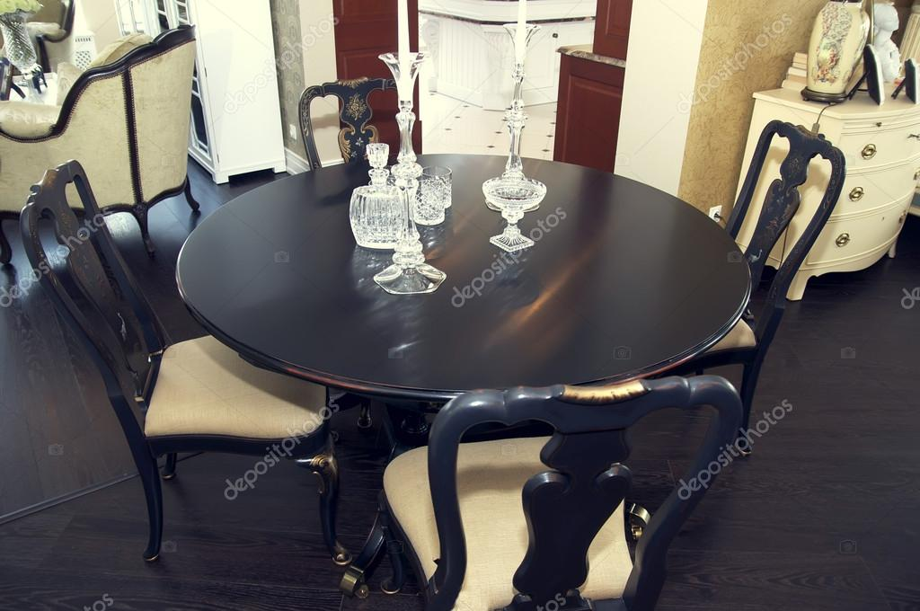 Wohn Esszimmer Mit Grossem Tisch Und Bequeme Stuhle Stockfoto