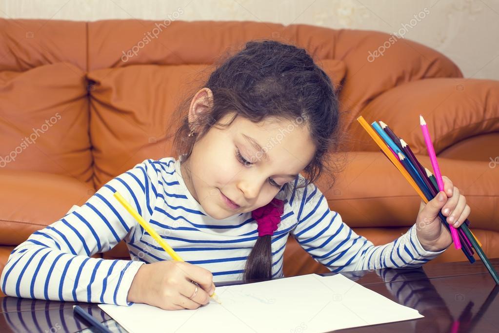 los niños dibujar con lápices de colores sobre papel — Foto de stock ...