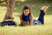 Женщина с книгами и ipad изучения для теста колледж — &#x44