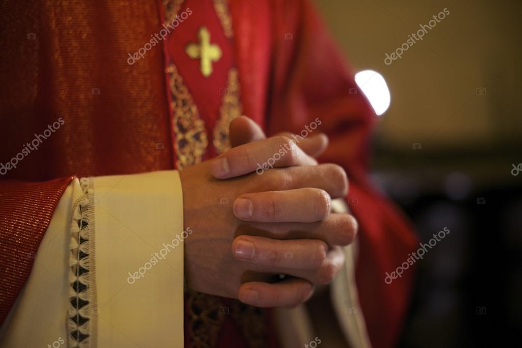 Padre cat lico no altar rezando durante a missa stock photo diego cervo 25625821 - Stock cuisine saint priest ...