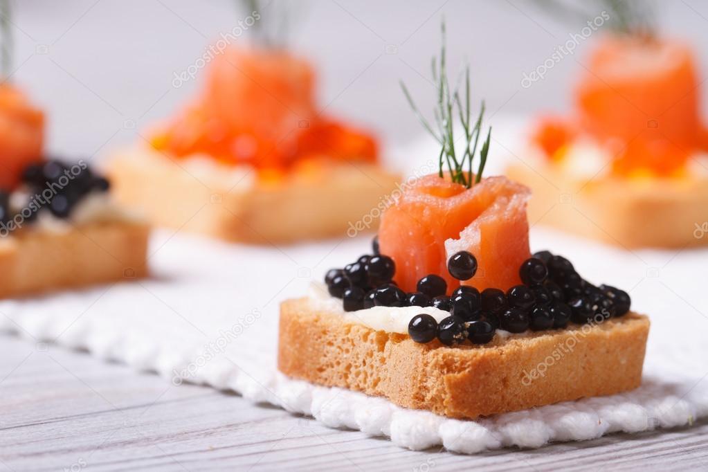 Canap s com caviar de esturj o preto salm o e endro for Canape de caviar