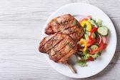 vepřové maso grilované s zeleninový salát (pohled shora)