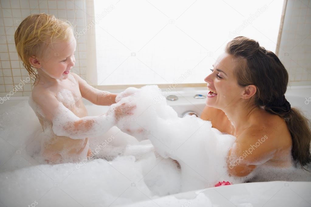 мать и дочь в ванной материал замечательно отводит