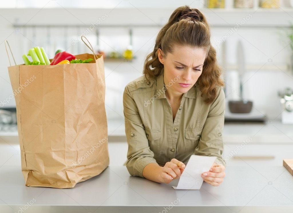 ama de casa preocupada verificación factura después de ir de compras ...