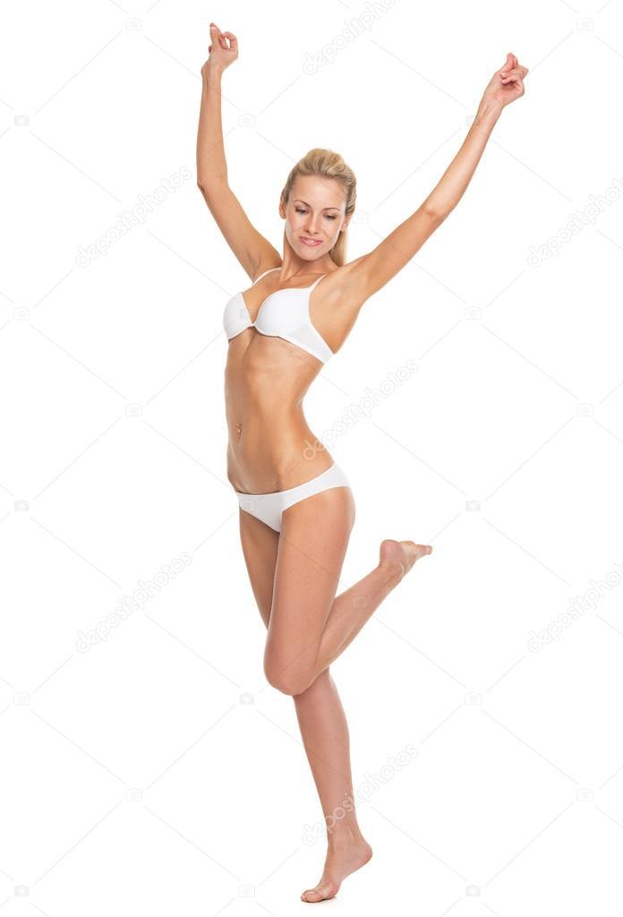 Retrato de cuerpo entero de mujer joven en ropa interior bailando ...