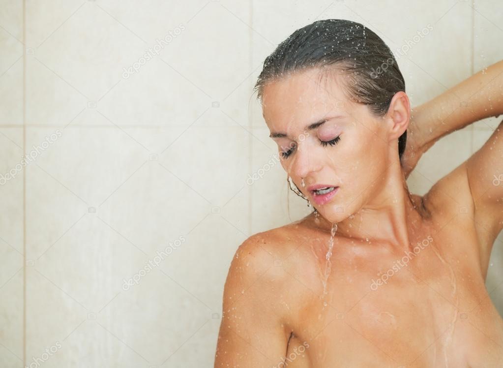 Тетки голые в общественном душе онлайн
