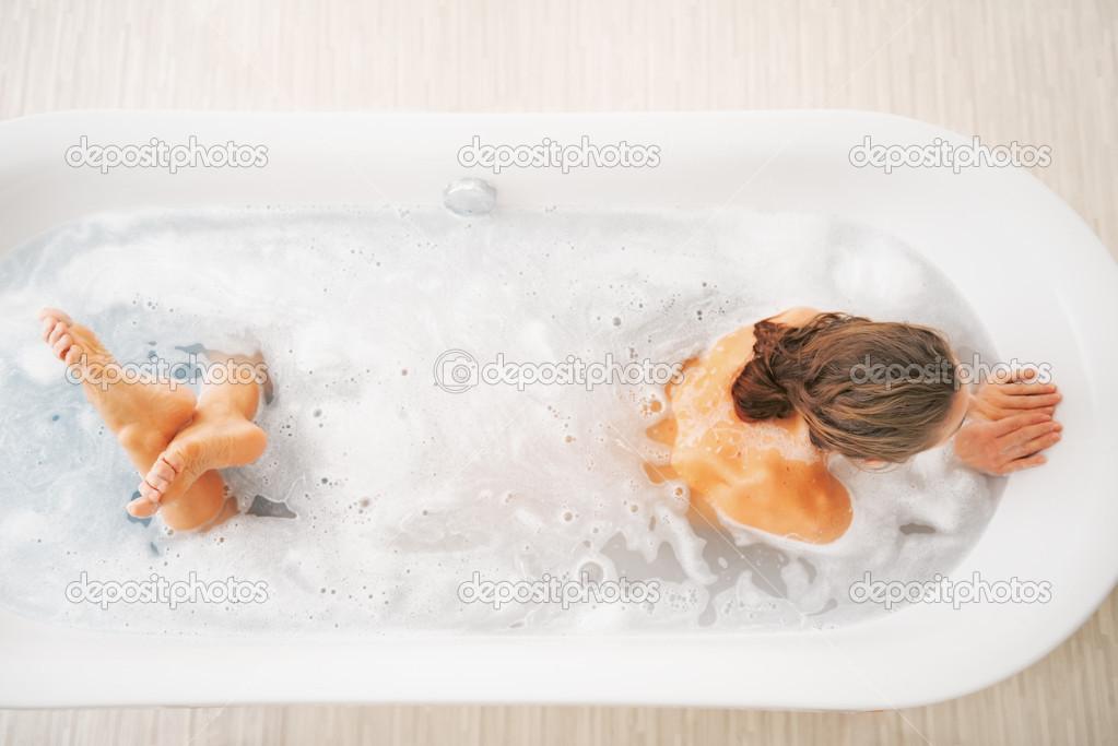 Zenzero Nella Vasca Da Bagno : Giovane donna nella vasca di lavaggio u foto stock citalliance