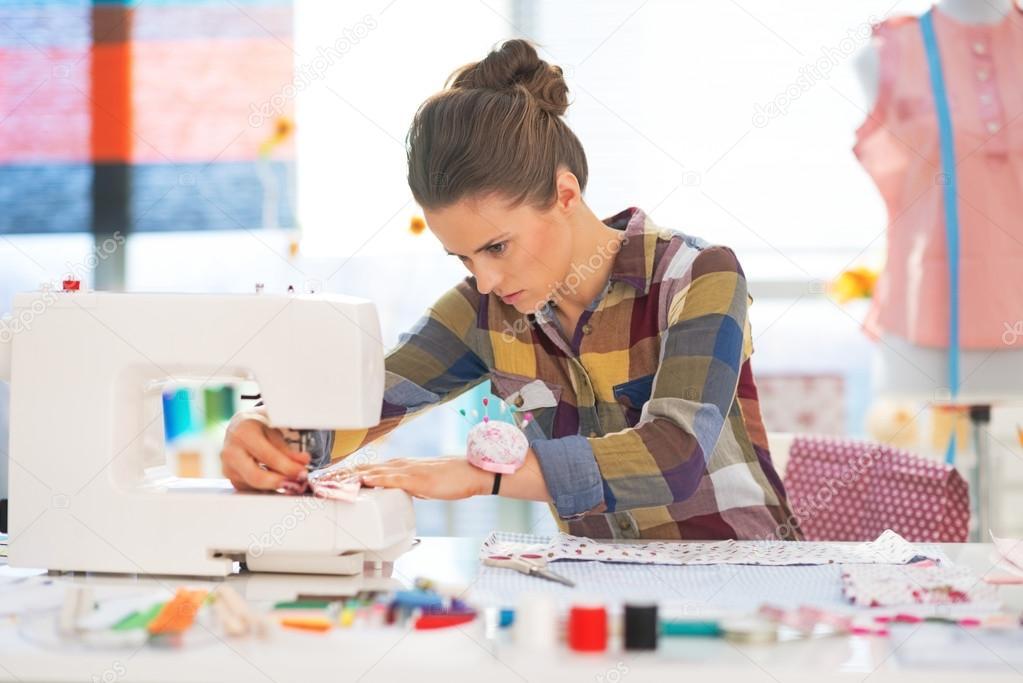 Девушка швея за работой работа для девушки на севере вакансии