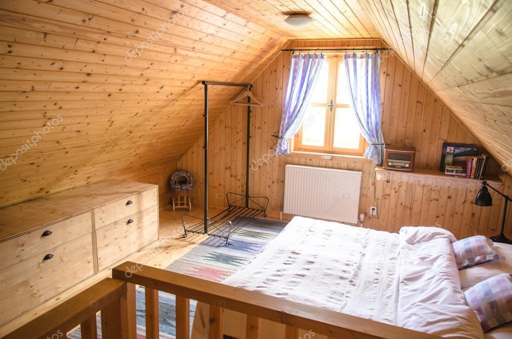 Interni accoglienti di cottage in legno log foto stock for Piani di costruzione di cottage gratuiti