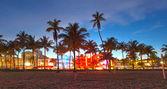 Miami beach, florida hotelů a restaurací při západu slunce na ocean drive