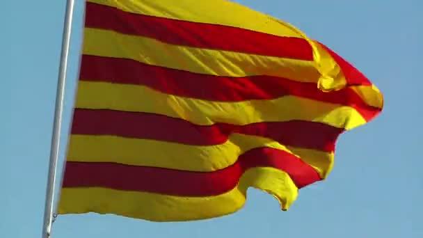 A Catalonia zászló integet a szél ellen, blue sky állomány videóinak