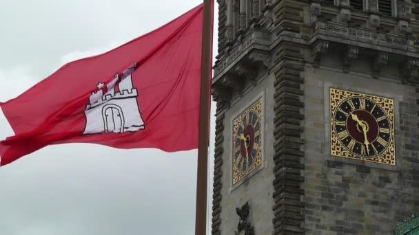 Hamburg-Deutschland-Rathaus-Rathaus mit der Flagge von hamburg