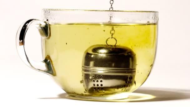 osoba je šálek čaje