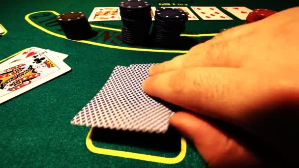 muž s kartami hrát poker