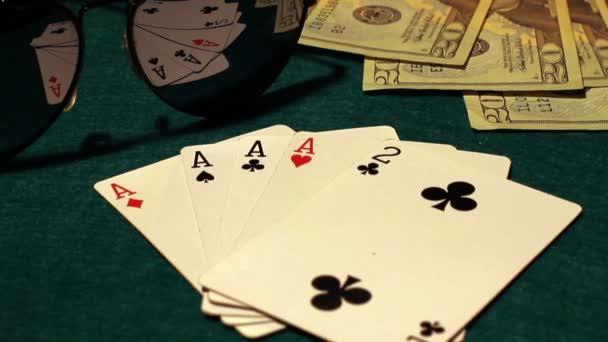 pokerový stůl s karty, žetony a peníze