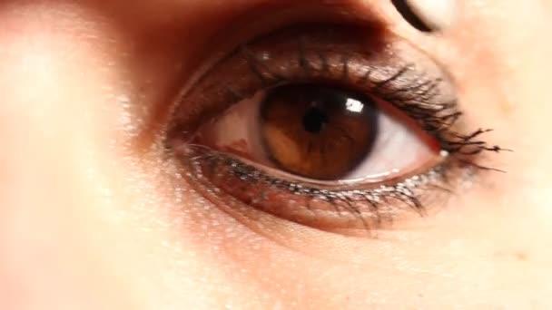 Kavkazský žena oko s kontaktní čočky 01
