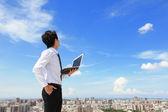 obchodní muž s laptop a vzhledu oblohy a cloud